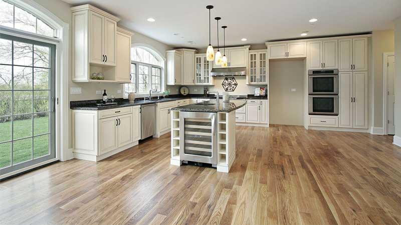 area dapur minimalis menggunakan lantai vinyl sintetis motif kayu