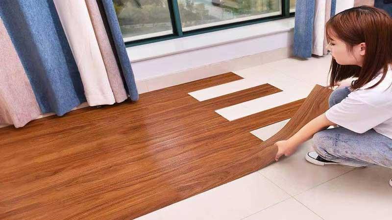 kelebihan lantai vinyl yaitu mudah dipasangakan