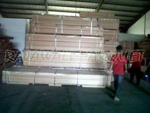 kumpulan lantai kayu parket di gudang Rajawali parquet