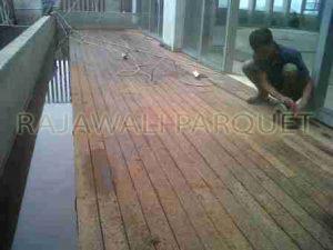 project pemasangan lantai kayu outdoor