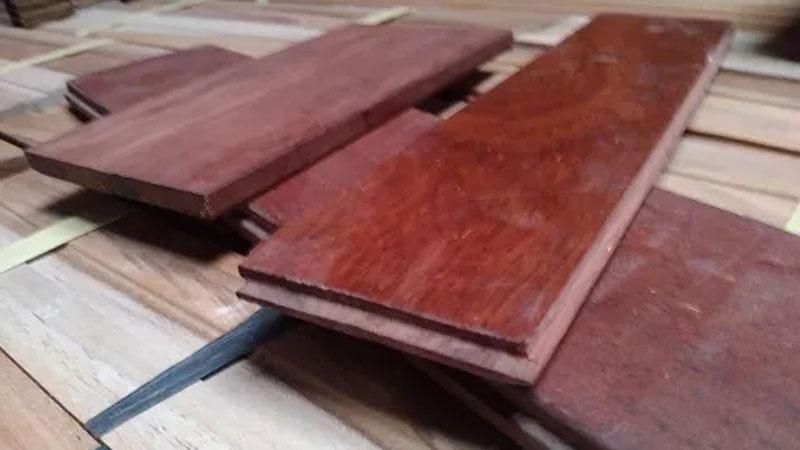 perbedaan lantai kayu dengan pengunci T&G dengan yang polos