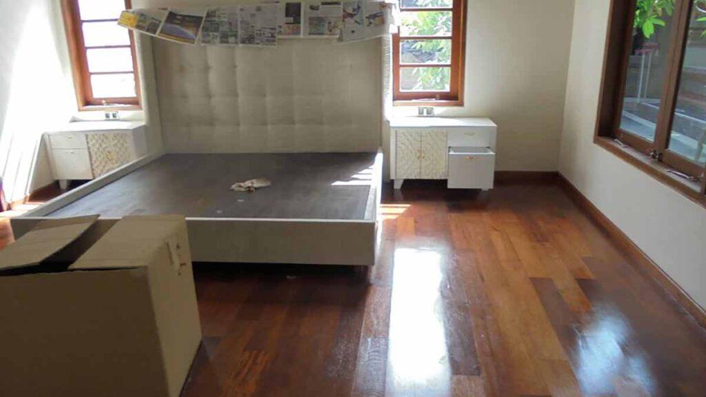 memasang lantai kayu kamar