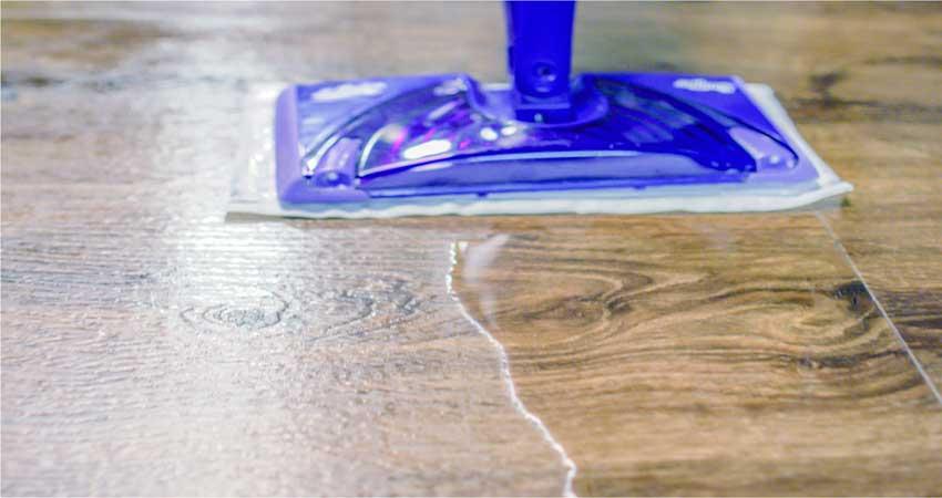 membersihkan lantai vinyl