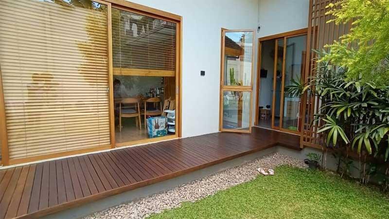 3 macam lantai kayu outdoor terbaik untuk halaman depan rumah