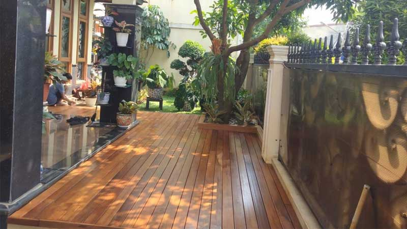 Pemasangan lantai kayu outdoor
