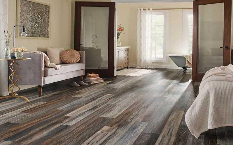 lantai vinyl motif kayu untuk kamar mandi minimalis