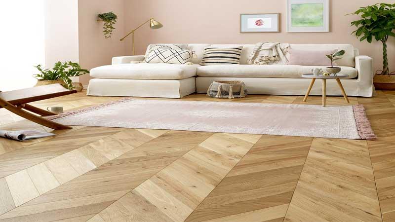 menggunakan lantai kayu membuat hunian berkesan mewah