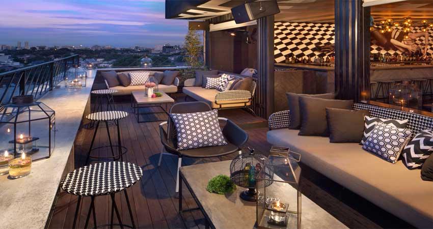 desain lantai decking kayu rooftop