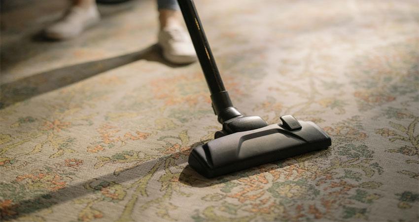 membersihkan lantai karpet
