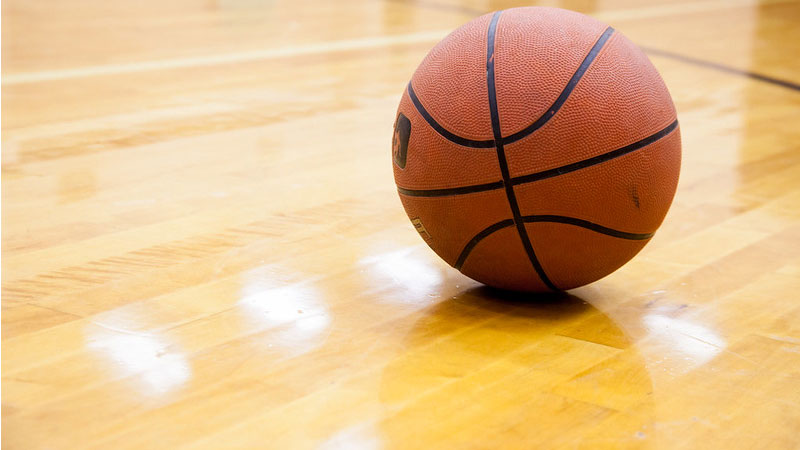 lantai kayu sangat cocok di aplikasikan ke lapangan basket indoor