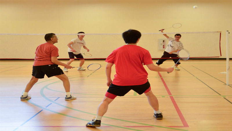 lapangan badminton lantai kayu