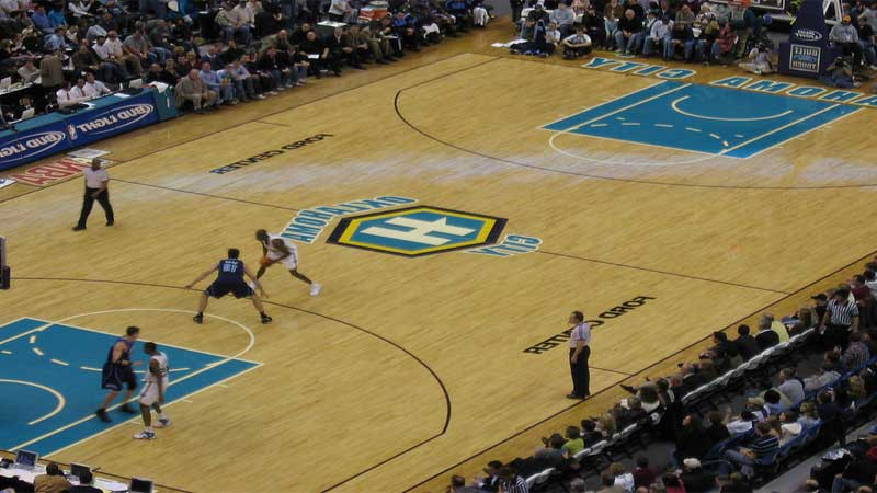 lantai kayu membuat nyaman para pemain basket