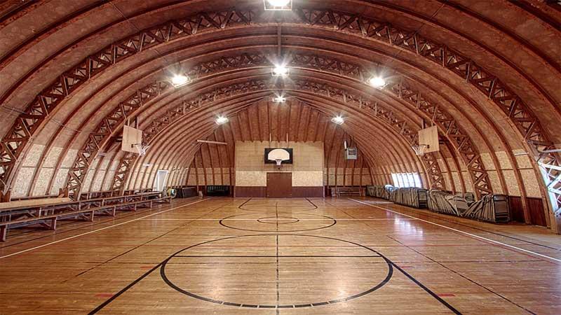 lantai kayu membuat lapangan basket terlihat megah dan indah