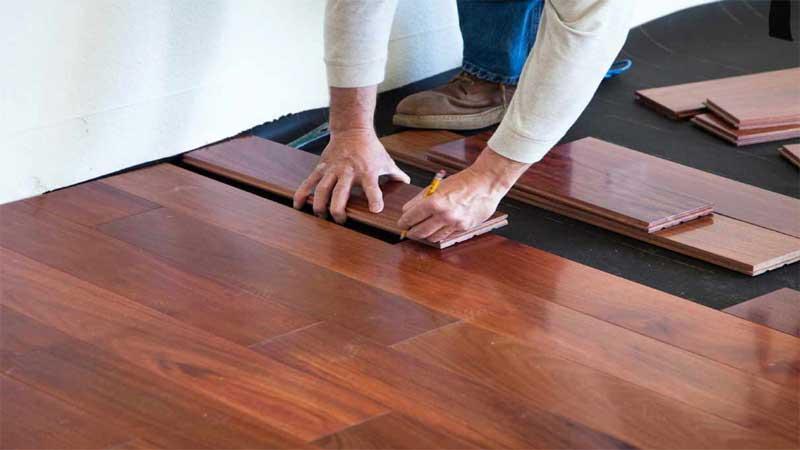 memasang lantai kayu jati terbilang cukup sulit, begini caranya