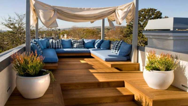 area rooftop menggunakan lantai kayu outdoor