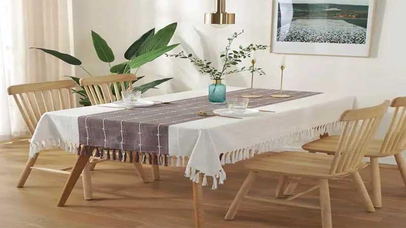 dekorasi meja makan dengan taplak meja & vas bunga