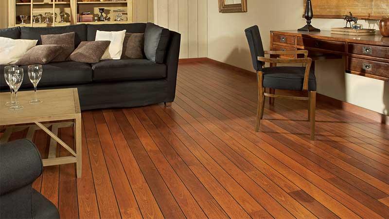 rekomendasi lantai kayu di ruang tamu minimalis