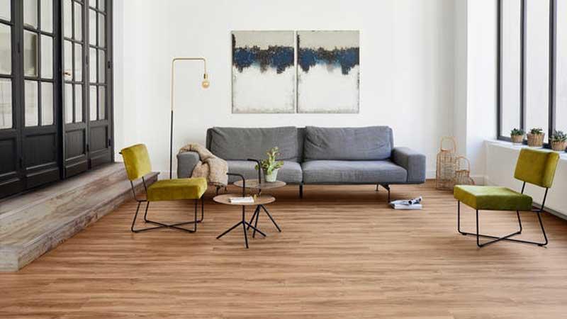 lantai vinl motif kayu di ruang tamu sederhana